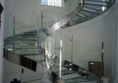 gradini e balaustra in cristallo temprato e stratificato.