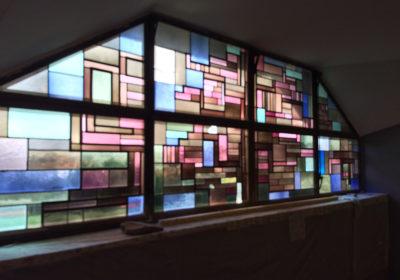 vetrata a piombo con vetri soffiati sagomati in vari colori