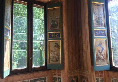 Il montaggio di pellicole anti uv sui vetri di tutte le finestre della casina Farnese