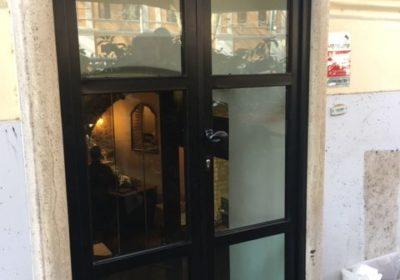Porto cibo in ferro laccato con vetri blindati e serratura di sicurezza