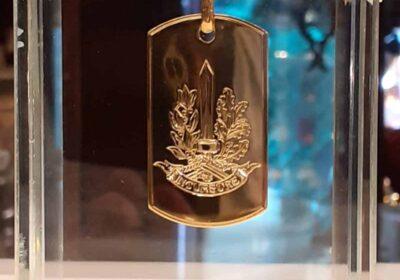 Teca in cristallo extrachiaro  con piastra in oro fatta  artigianalmente da gioielleria .LEFEVRE